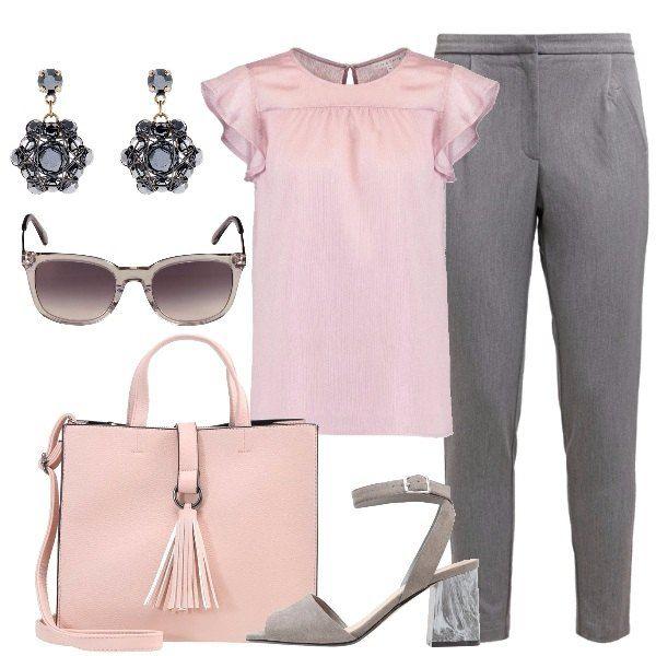 L'outfit è composto da una camicetta color rosa polvere con volants al giro manica indossata col pantalone melange. Il look si completa con un paio di sandali con tacco largo effetto marmorizzato, la borsa a mano non nappina, gli occhiali da sole con montatura grigio chiaro trasparente e gli orecchini effetto anticato.