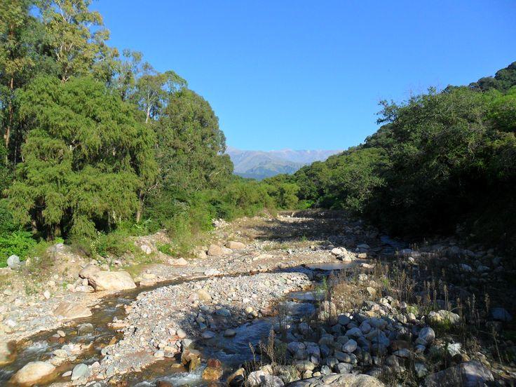 Río la Almona, zona de valles, lugar de abundante vegetación, al sur de San Salvador de Jujuy, rios de los valles de bajo caudal en estacion seca, otoño-invierno-primavera, no asi en verano, época de lluvias en toda la provincia.