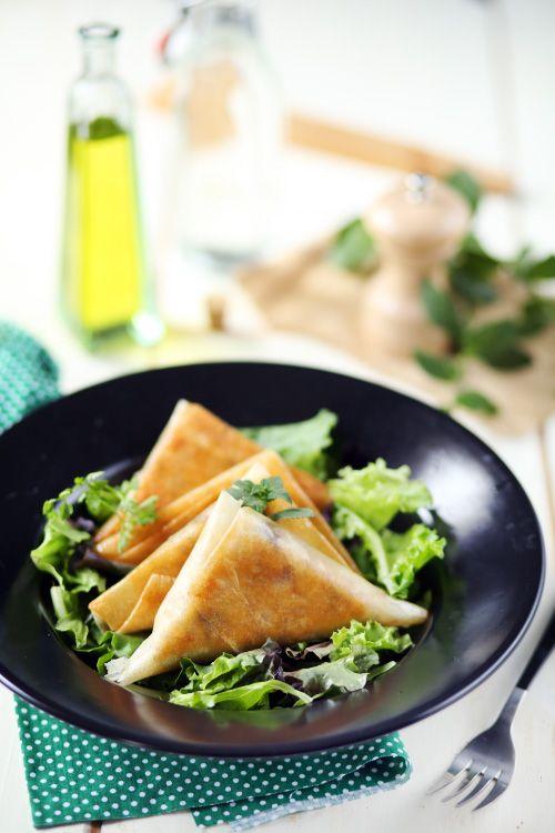 Samossas de poulet rôti, feta et olives