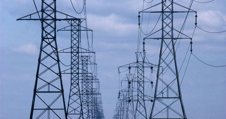 ¿Cómo calcular la potencia de un circuito eléctrico de 3 fases?. Un circuito eléctrico de 3 fases consiste en tres conductores de corriente alterna combinados en una sola línea de alimentación. La corriente en cada conductor se encuentra desfasada en 1/3 de ciclo, con respecto a las otras dos. Esta disposición produce un flujo de corriente más suave y permite voltajes de línea inferiores. Los circuitos de ...