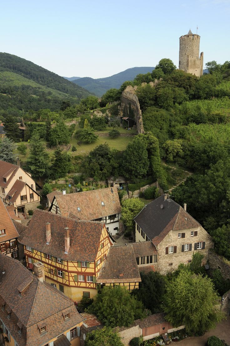 Le village de Kaysersberg et son château vus du ciel