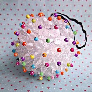 Ornament boule avec perles facettes transparentes, perles rocaille et épingle sur boule polystyrène sympa