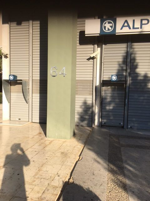 Κατεβασμένα ρολά υποκαταστημάτων της Alpha Bank αποκλείουν πρόσβαση στα ΑΤΜ