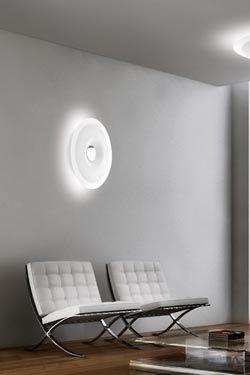 Le plafonnier ou applique Planet 65cm est un disque en verre thermoformé semi-transparent avec une sérigraphie blanche sur toute la partie centrale. #vraimentbeau #murano #blownglass #designlight #leucos #muranoglass
