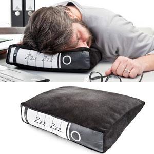 Power nap op kantoor! Super handig, je zet dit kussentje onopvallend tussen je administratie mappen :-) #humor #lol