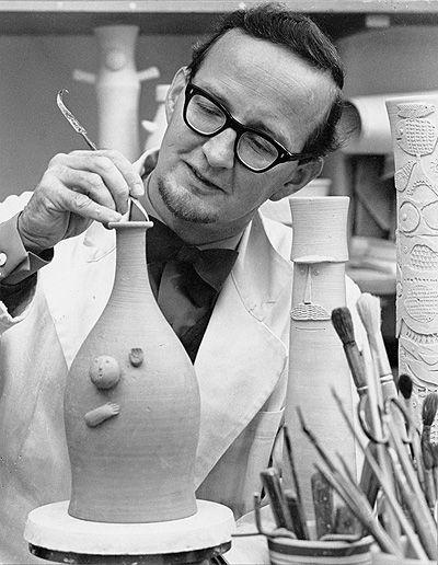 STIG LINDBERG, 1916-1982, var en svensk mångsidig illustratör och formgivare huvudsakligen inom området keramik