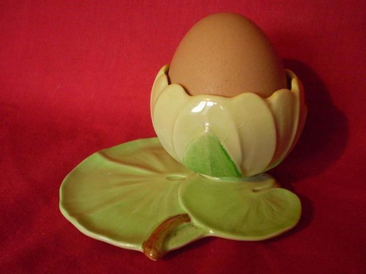 VINTAGE CARLTON WARE WATER LILLY DESIGN EGG CUP....