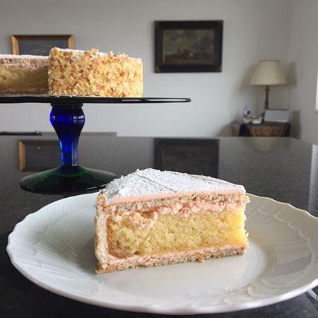 キルシュ・トルテとは、ツーク特産品のさくらんぼの蒸留酒、キルシュをたっぷりと使ったケーキ。1915年に誕生し、そのオリジナルの味は、ツークの中心地にある「TREICHLER(トライシュラー)」というケーキショップにいまでも引き継がれています。
