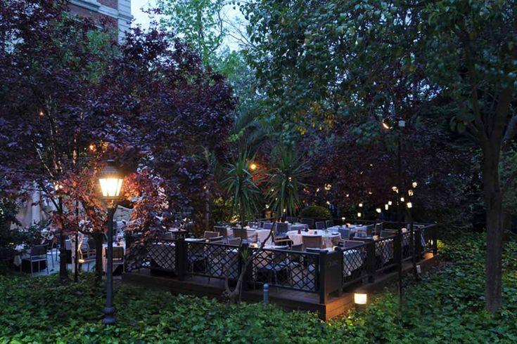 Cien llaves (Madrid). Dirección: Paseo Recoletos, 2. Horario de la terraza del restaurante de 13:30 h. a 16:00 h. y de 20:30 h. a 00:00 h. Horario de la terraza de copas de 18:00 a 02:30.