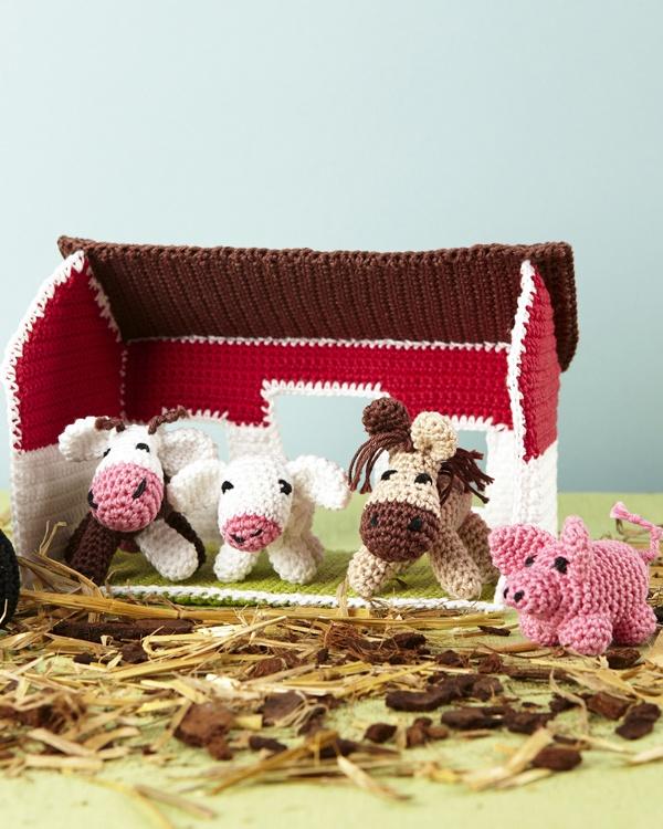 Virkad bondgård. Innehåller bondgård, traktor, gris, häst, lamm och ko. #knittingroom #stickat #garn #svarta #faret #virka #ladugard #amigurumi
