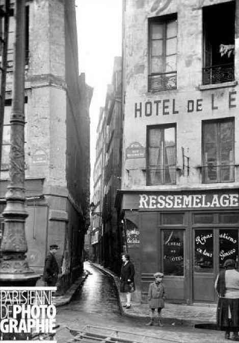 L'entrée de la rue de Venise sur la rue Beaubourg avant la démolition de l'îlot insalubre n° 1. Paris 1930-1934.