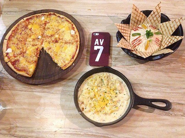 Earlier at Grandmama's Cafe with my 3 beautiful friends : 4 cheese pizza  Hummus  Mac and cheese  #food #foodblogger #mycameraeatsfirst #macncheese #hummus #mumbai #fourcheesepizza #food #instafood #mumbaidiaries #mymumbai #foodporn  Yummery - best recipes. Follow Us! #foodporn