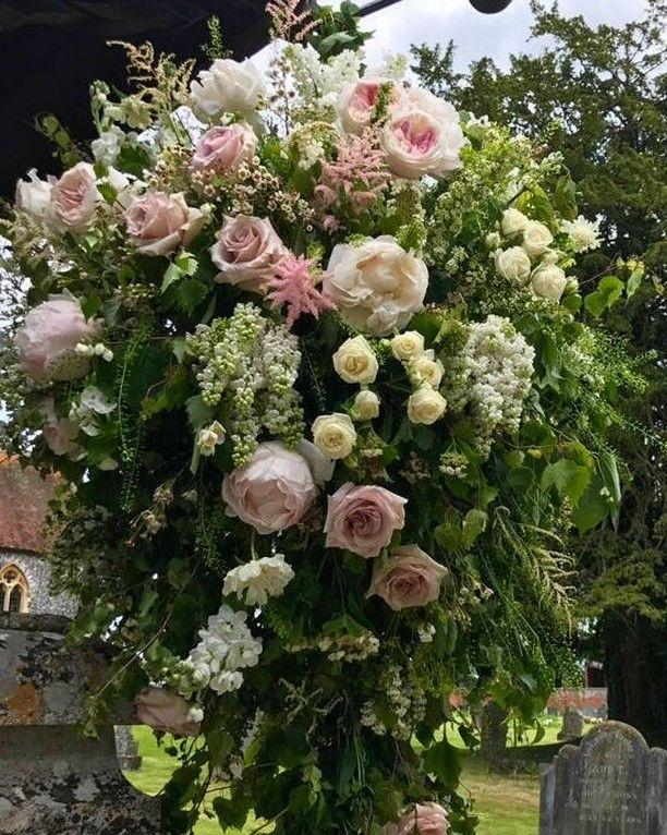 Flowers outside the church ... Pippa Middleton wedding .. #weddingplanning #weddingstyle #weddinginspiration #weddingplanner #weddinggown http://gelinshop.com/ipost/1519922242484946504/?code=BUX2ToFh8ZI