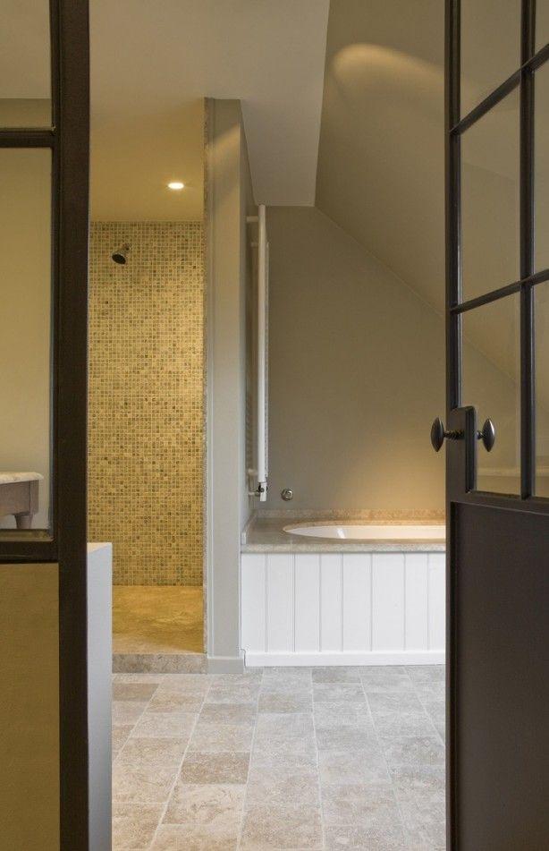 Mooie lichte badkamer met Travertine vloertegels. Verkrijgbaar bij Natuursteen Meterik.