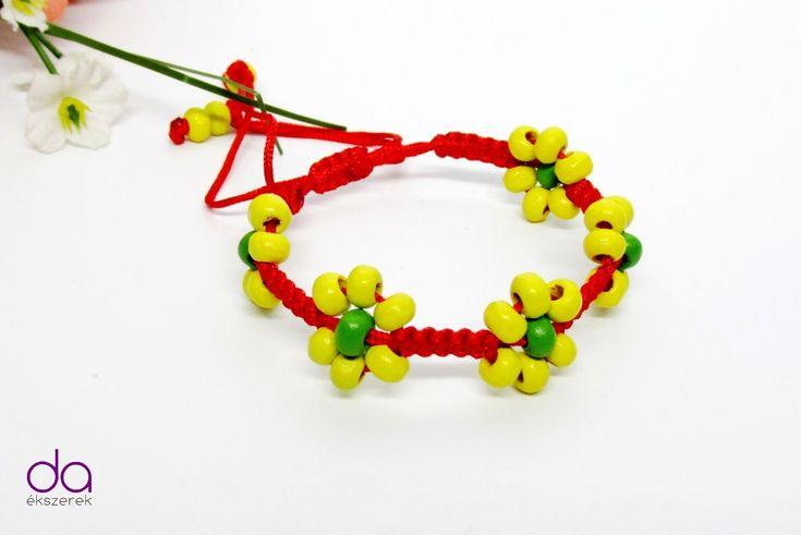 Piros színű szatén selyemzsinórralés fa gyöngyökkel készített karkötő…