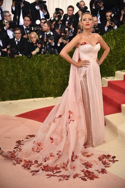 "Actress Blake Lively attends the ""Manus x Machina: Fashion In An Age Of Technology"" Costume Institute Gala at Metropolitan Museum of Art on May 2, 2016 in New York City."