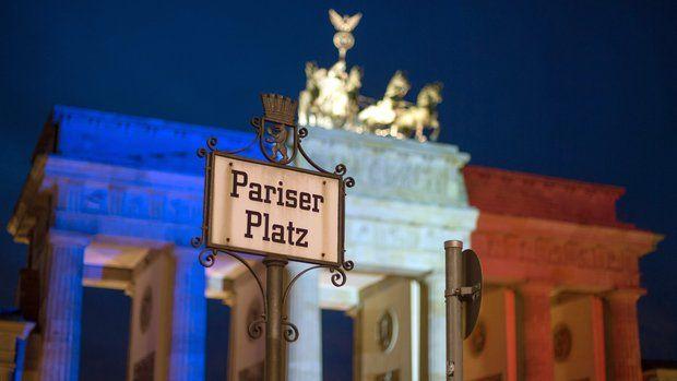 Das Brandenburger Tor in den französischen Nationalfarben