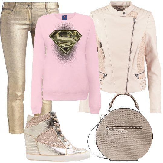 Abbigliamento rock in rosa e oro: i jeans slim fit modello Capri sono abbinati alla giacca rosa, in ecopelle modello biker. Gli accessori sono un paio di sneakers con tacco interno e una tracolla tonda. La felpa con il logo di Superman riprende entrambi i colori del look.