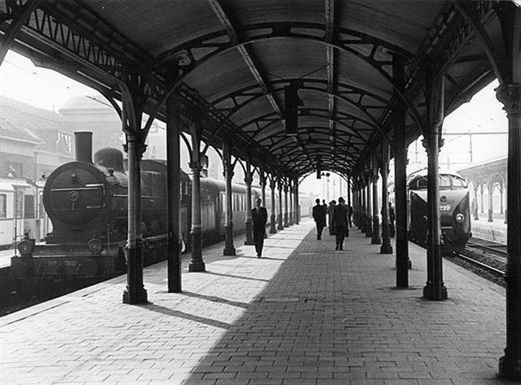 Centraal Station 1957 | Het duurt niet lang meer voor deze stoomlocomotief, zijn opvolger (R) staat al klaar.