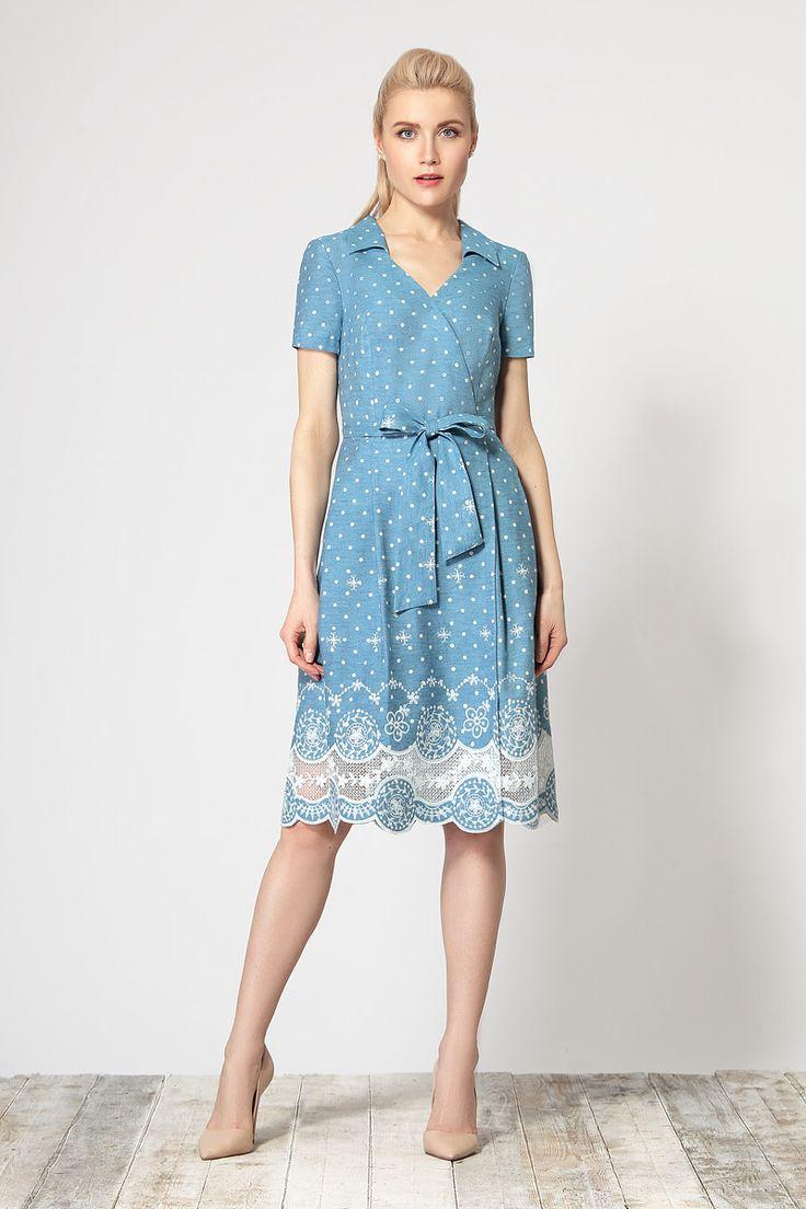 Стильное платье-халат, выполненное из хлопковой ткани с оригинальным шитьем по низу. Изделие с застежкой на запах и с небольшим воротничком.