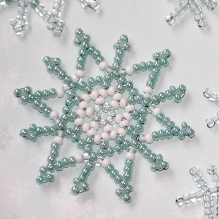 Открытка с вышивкой из бисера снежинка