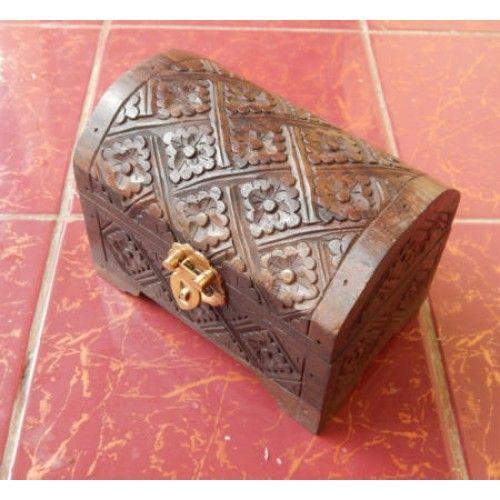 Kotak kayu bentuk harta karun motif ukiran batik  Panjang : 15 cm  Lebar : 10 cm  Tinggi : 11 cm  Bahan : Kayu Sono  Cocok digunakan sebagai benda pajangan atau sebagai tempat perhiasan