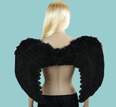 Skrzydła w kolorze czarnym, pokryte materiałem, wykończone piórami. Doskonały dodatek do stroju karnawałowego.