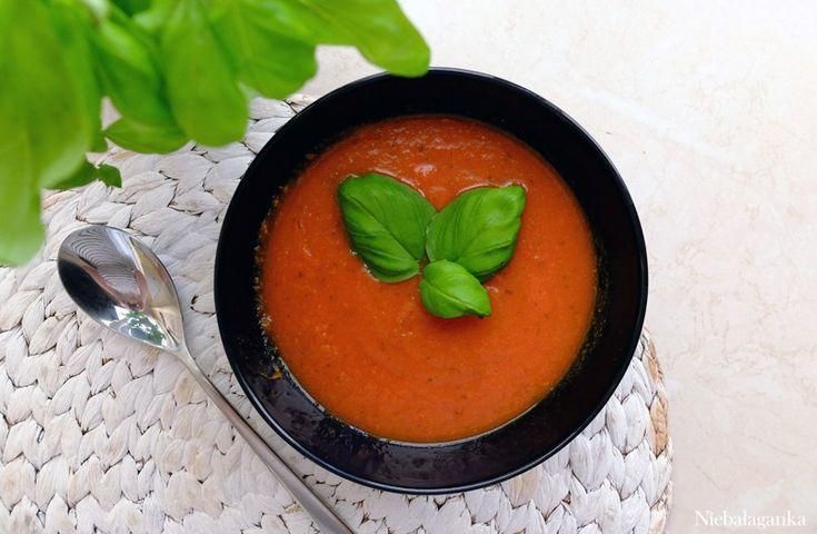 Pomidorowa Składniki: – 2 cebule – czosnek – pomidory z puszki całe – natka pietruszki, seler – szklanka wody  Przygotowanie:  W garnku podsmażamy cebulę, czosnek, seler. Gdy się zarumienią dodajemy pomidory i przyprawy, a następnie całość gotujemy pod przykryciem 20-30 minut. Po lekkim przestudzeniu dokładnie miksujemy do uzyskania gładkiej konsystencji.  Można podawać ze śmietaną lub grzankami. Na zimno i na ciepło.