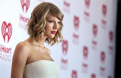 Mentre il suo nuovo album, 1989, vola al top delle classifiche di tutto il mondo, Tayolor Swift detta tendenza in fatto di beauty style. I suoi atout? Un long bob ultra versatile e un velo di rossetto rosso fuoco. Da copiare