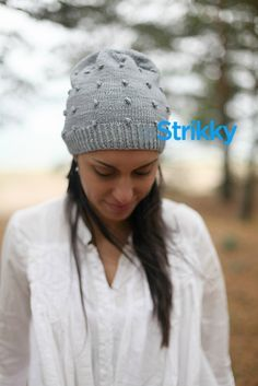 шапка-вязаная-спицами-для-девушек-и-женщин-с-шишечками