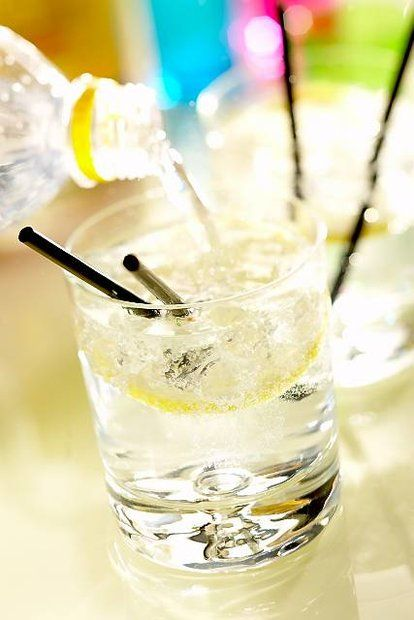 Przepisy z ginem: letnie drinki, sosy i marynaty Agnieszki Kręglickiej.