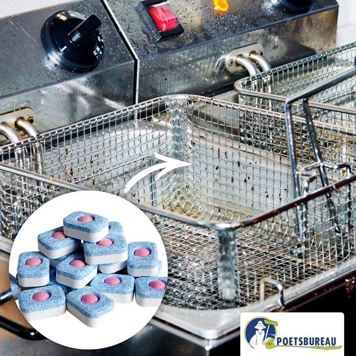 Een friteuse schoonmaken met een vaatwastablet?!  1) Haal de olie uit pan 2) Veeg met een papieren doek de grove resten die nog aanwezig zijn; 3) Vul de friteuse tot aan de rand met water; 4) Laat het mandje zitten en voeg een vaatwastablet toe; 5) Zet de friteuse aan op de laagste stand (het water mag niet koken). 6) Na een 10-tal minuutjes kan je hem terug uitschakelen en laten afkoelen. Hierna hoef je enkel nog de friteuse goed uit te spoelen.
