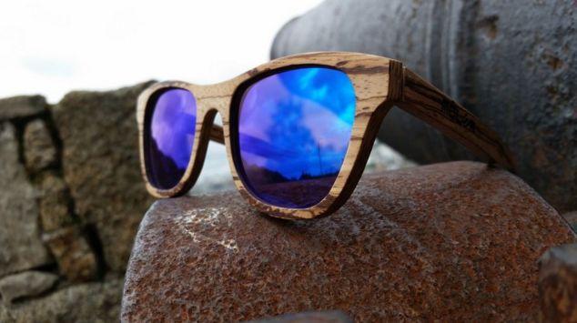 Gafas modelo Monza Zebrano, marca Móler. La elegancia redunda en su notable figura fina. Modelo de clase y estilo sobresaliente, confiere enorme personalidad y distinción, puedes elegir entre los lentes espejo, en degradado o polarizados. http://rosanaguerreromodayestilo.blogspot.com.es/2017/05/gafas-con-montura-de-madera-para-gente.html