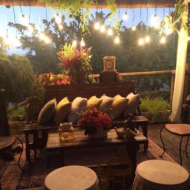 Muita luz neste lounge, ❤️#casamentorustico #casamento #noivases #casamentonafazenda #fazendaranchoforte #casar #casarnocampo #cassanidecor #cassanidecoracoespersonalizadas #noivas2016 #noivas #noivases #casandonoes #wedding #weddigdecor #rustico #rusticos #lounge #decoracao #decor #decoração #decoraçãodecasamento #muitoamor