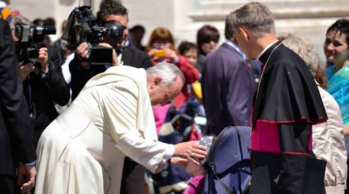 100 españoles que padecen esclerosis visitarán al Papa Francisco 30/08/2016 - 05:30 pm .- El Papa Francisco recibirá a más de cien españoles afectados por la enfermedad degenerativa Esclerosis Lateral Amiotrófica, más conocida como ELA. El encuentro tendrá lugar el 12 de octubre en el Vaticano, durante la audiencia general de los miércoles.