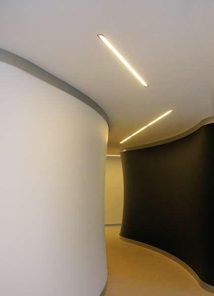c1 | Viabizzuno |sistema modular para interiores IP20 en aluminio extruido oxidado plateado opaco o blanco, disponible en las versiones empotrada, en plafón y suspendida. los módulos electrificados, con alimentador para tubos fluorescentes T5 y difusores de policarbonato se presentan en cuatro tamaños, 600mm, 900mm, 1200mm y 1500mm y llevan respectivamente lámparas G5 14W, 21W, 28W y 35W. están cableadas en la versión tutta luce, donde el alimentador está situado dentro del perfil y el…