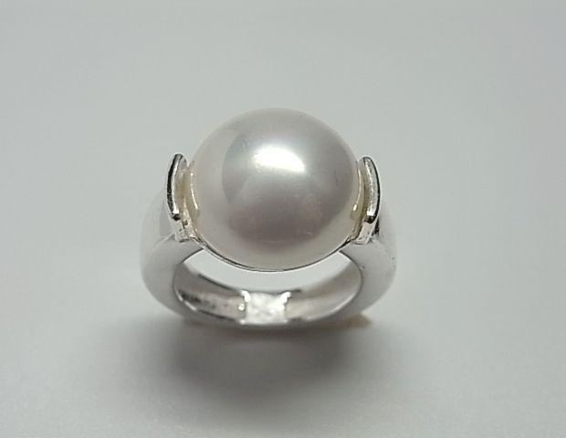 Sortija de plata de primera ley con perla shell de 1,4 cm de diametro. REF.:110249560130. PRECIO: 31,50 €