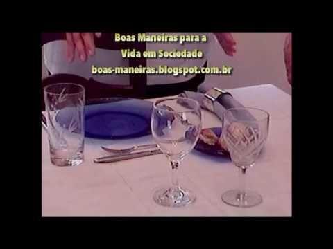 """Corrigindo o que disse no filme:  Ao invés de """"a dois dedos do centro"""" ouça-se """" à dois dedos da beirada da mesa"""". O prato deve estar alinhado com o centro da cadeira também.  Quando explico como demonstrar para o garçom que já acabamos de comer ao invés de """"seis e quinze"""" ouça-se """" seis e meia.  Na verdade o ideal é enxugar a boca ANTES de beber para evitar que os detritos caiam na bebida.  A última palavra que ficou cortada foi """"nunca perder o entusiasmo de fundar encontro entre aqueles…"""