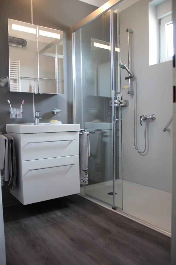 Ein Kleines Bad Komplett Umgebaut In 24h Badezimmereinrichtung Kleines Badezimmer Led Spots