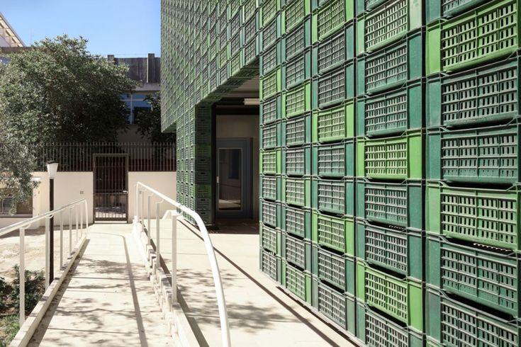 Gallery of PROTIRO / NOWA - 3 / Cajas de plástico que hacen la fachada