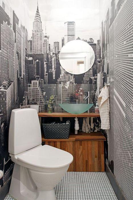 2. Фотообои с видом на город, угловое расположение унитаза и комната кажется больше!