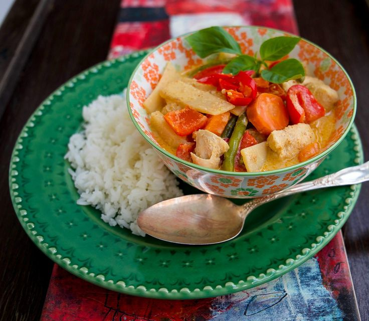 Mild och smakrik thailändsk favorit med kyckling, jordnötter och potatis. Man kan även tillaga grytan med biff istället för kyckling. Till skillnad från de flesta thailändska curryn är massaman currypasta mild. Grytan blir mild i smaken och är en favorit hos stora som små. Om du gillar hetta kan du slänga i lite chili. 4 portioner 500 g kycklingfilé (2-3 st filéer) 2 msk massaman curry (se bild) 400 g kokosmjölk 1 gul lök 3 st potatisar 1 liten bit ingefära 2 st limeblad (kan ersättas med 1…