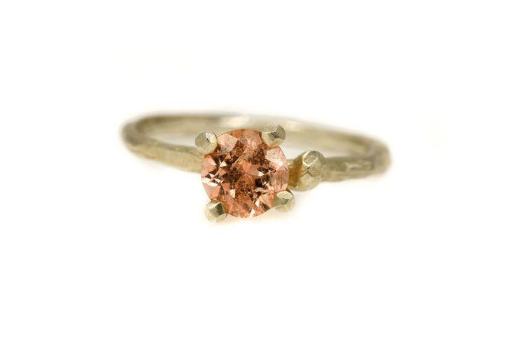 -Takjes- verlovingsring met perzik toermalijn. gold twiggy engagement ring with peach tourmaline.