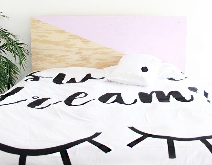 tete de lit a faire soi meme en bois contreplaqué, customisé à la peinture rose, linge de lit blanc, citation imprimé faites de beaux rêves