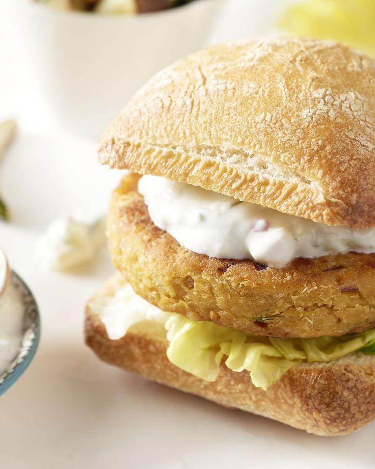 Gedaan met smaakloze vegetarische burgers uit een pakje, wij maken onze veggieburgers zelf! Met kikkererwten als basis, Indische garam masala & currypasta, yum!
