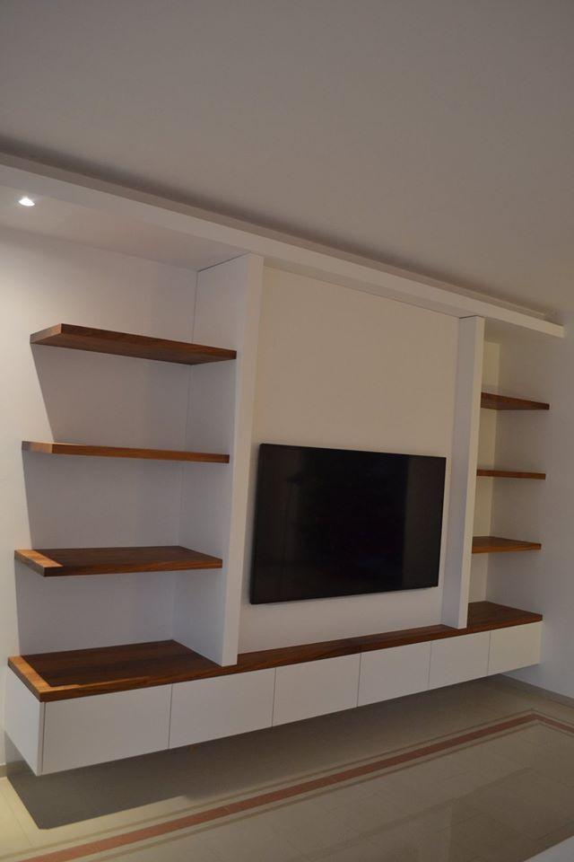 Zwevend tv meubel met nis voor tv. uitgevoerd in poedercoat bianco met werkblad en schabben in massief afrormosia. De kast heeft 6 Tip-on laden en een binnenlade en 2 valdeuren met superstrak desig…
