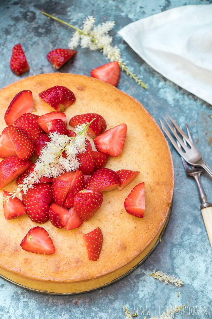 Citroen yoghurtcake met verse aardbeien