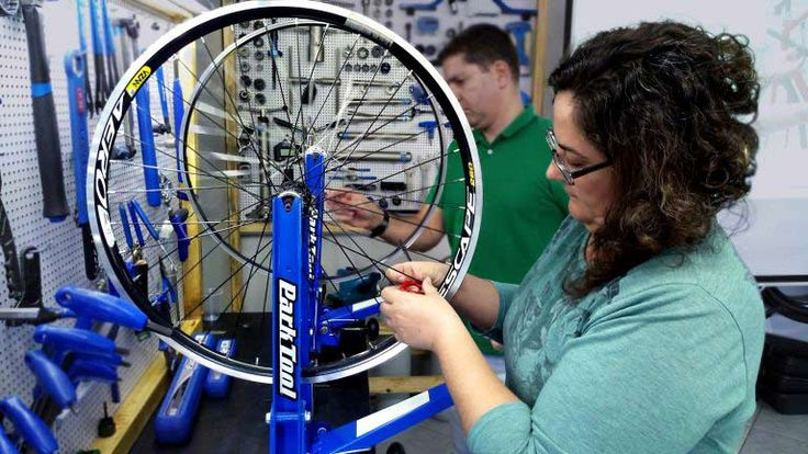 A indústria de bicicletas é composta majoritariamente por homens. Em mais de 400 estabelecimentos comerciais destinados ao ciclismo no Brasil, menos de 1% dos profissionais técnicos são mulheres.   #bike #ciclismo #ciclismo de estrada #competição de mtb #dicas de como pedalar #DIcas de MTB #mountain bike #mountainbike #MTB #speed #tecnologia na bike