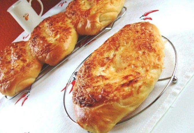 Sajttal szórt fokhagymás-tejfölös baguettek recept képpel. Hozzávalók és az elkészítés részletes leírása. A sajttal szórt fokhagymás-tejfölös baguettek elkészítési ideje: 60 perc