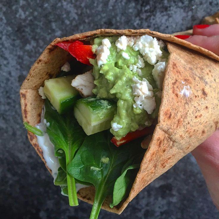It's a wrap! Lækker fuldkorns tortilla med spinat, kylling, agurk, peberfrugt, creme fraiche, guaka og feta . Mættende frokost efter 1 times ben og derefter 20 baner i svømmeren . Så er dagens træning ordnet! Ha' en dejlig mandag ❤️ #fitfamdk #grovtortilla #tortilla #wrap #meximad #vægttab #deldinmad #værgodveddigselv #cheasy #avokado#protein #camillemaja #opskrift #nemmad #hvadskalvispise #øko #grøntsager #guakamole #københavn #madpåsu #billigmad